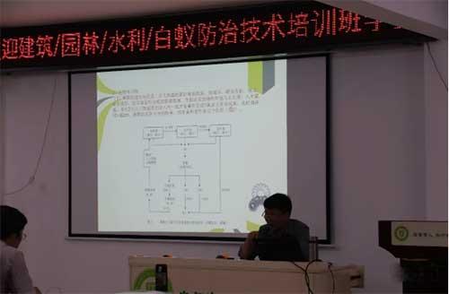 李国亮老师正在上课