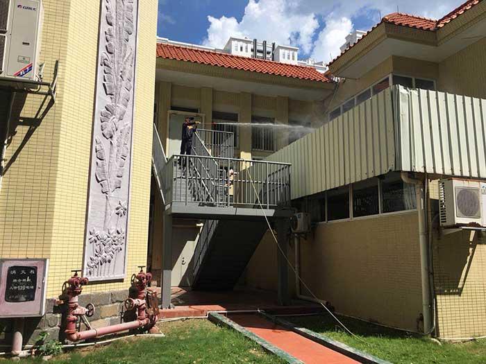 永盛技术人员正在对教学楼中的楼梯、阳台进行病媒消杀施工现场图